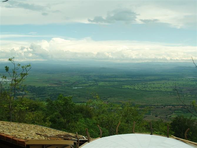 圆顶小屋上面的风景   照片描述:泰国考拉府萨萨湾附近山上的露天餐厅