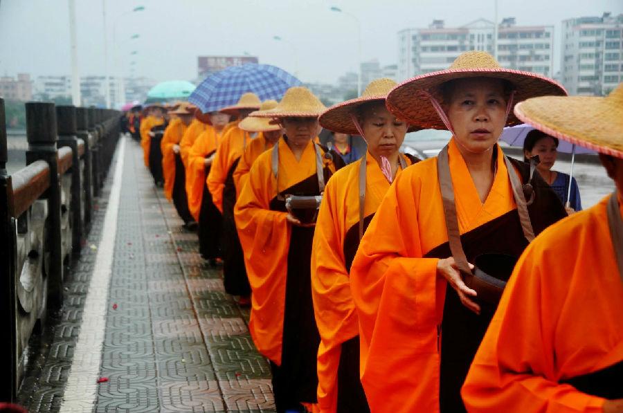 学佛网十周年纪念法会之:千佛塔寺尼众雨中托钵行
