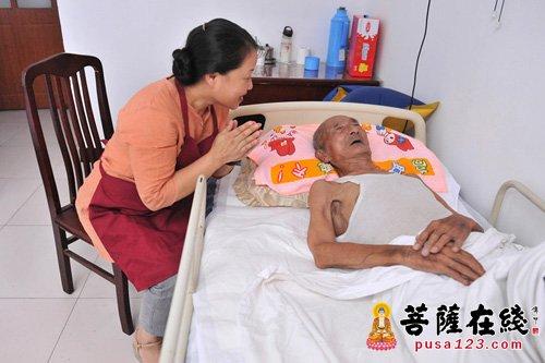 院长曹晓红在教老人念佛