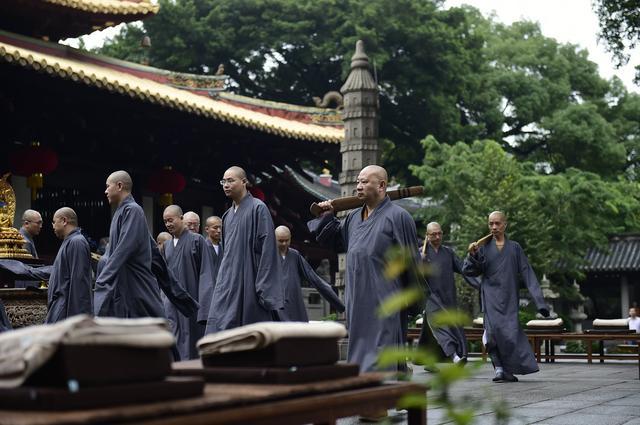 明生大和尚执禅堂警策香板与常住演练禅堂仪轨