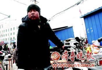 5日,一位曾被袁厉害收养过的男子接受采访。
