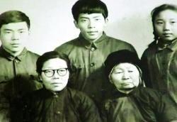 一张特殊的全家福,张崇贞老人(前右一)是不可或缺的家庭成员资料图片