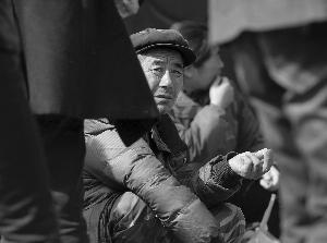 脸上的皱纹让大龄农民工很难获得招工者的信任 本版摄影 现代快报记者 施向辉