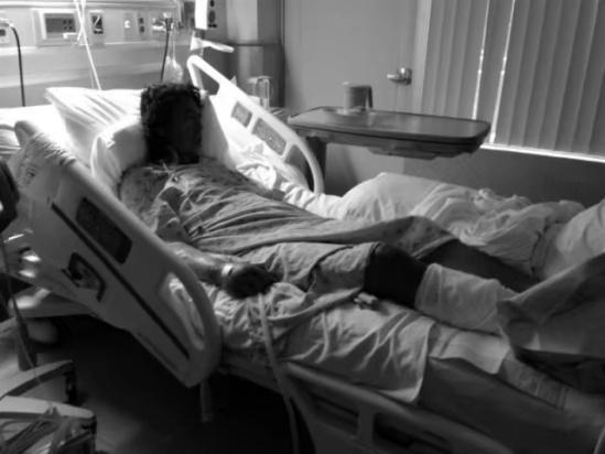 原来父亲一直过得并不好,还患上了精神分裂症,后来又沦为了一个流浪汉。女孩带着父亲去接受治疗。